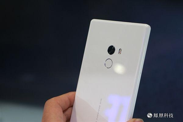 Xiaomi выпустила белоснежную модель MiMIX