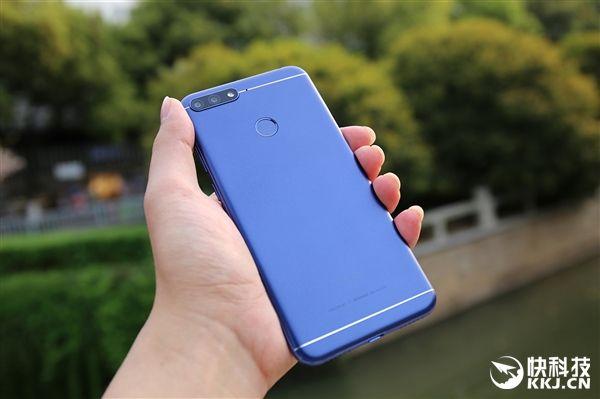 Huawei представила стодолларовый безрамочный Honor 7A