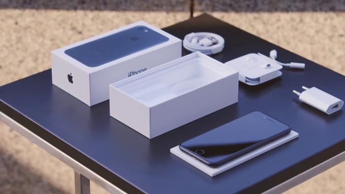 Комплектация смартфонов iPhone 7, Xiaomi Mi 9