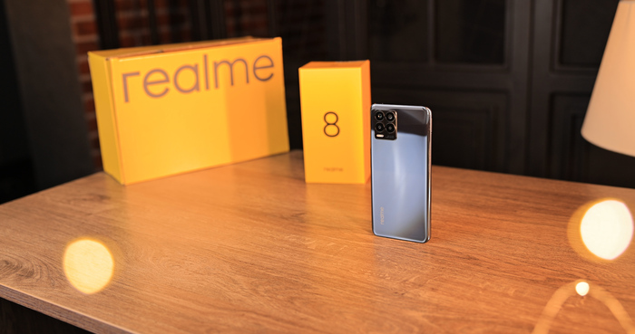 Realme 8 с коробкой на столе