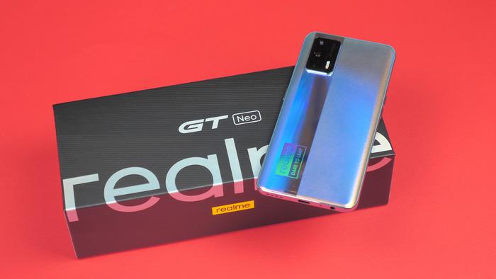 Realme GT Neo на столе