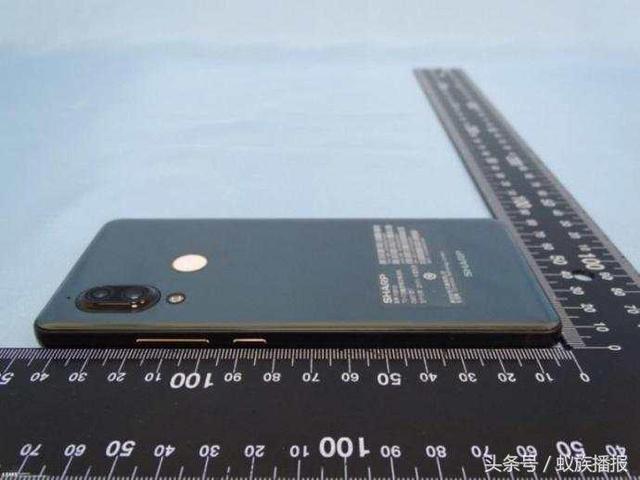 Новый безрамочный Sharp AQUOS S3 выглядит почти как iPhone X – фото 3