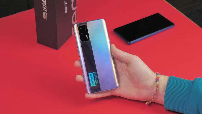 Realme GT Neo в руке