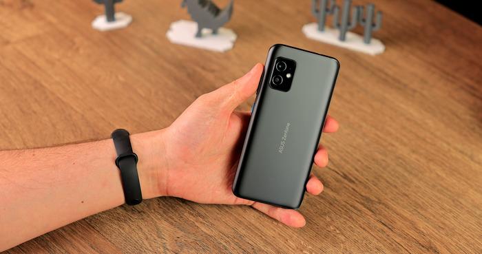 Asus Zenfone 8 в руке