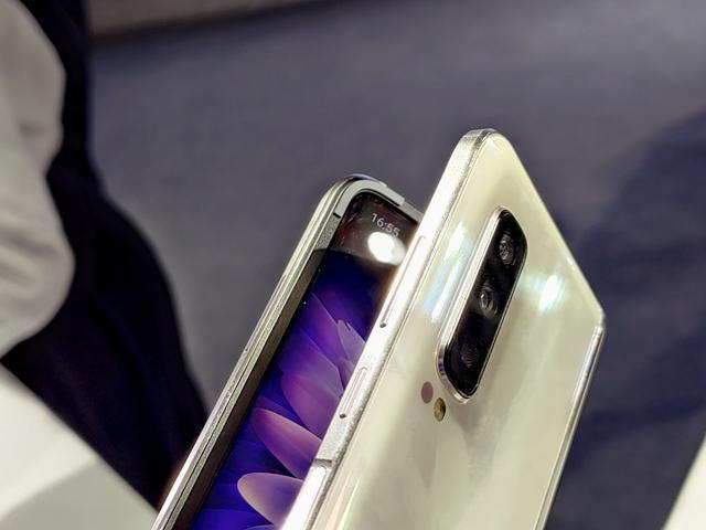Анонс Samsung W20 5G: разогнанная 5G-версия Galaxy Fold – фото 3