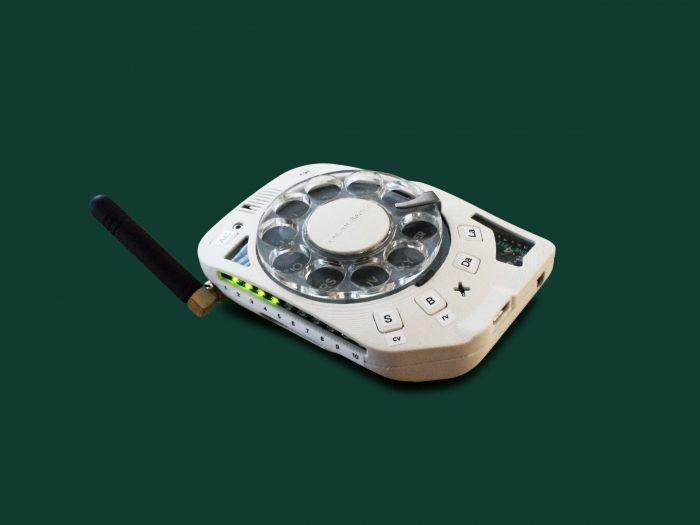 Дичь дня: дисковой мобильный телефон. Громоздко, безвкусно, но зато ручная сборка и нет зависимости – фото 1