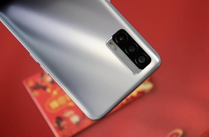 Представлен Realme V15: 5G-середняк с AMOLED дисплеем и быстрой зарядкой на 50 Вт – фото 3