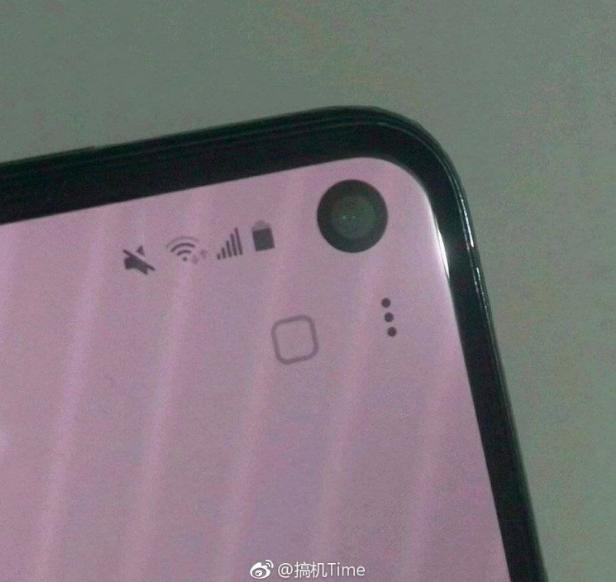 Samsung Galaxy S10e попал в объектив камеры – фото 1