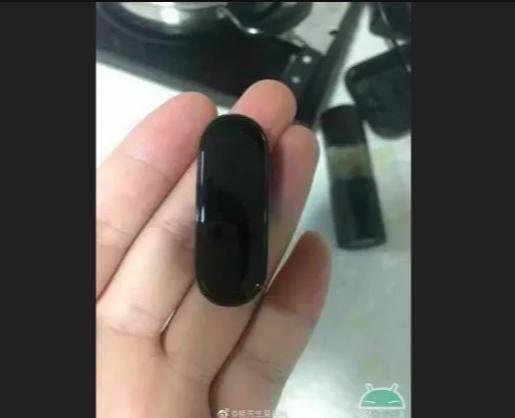 Xiaomi Mi Band 4 позирует на фото – фото 4