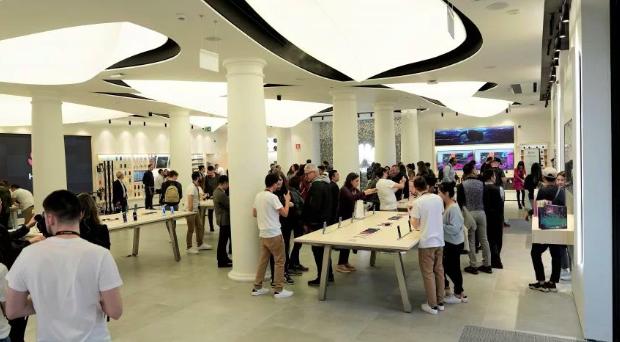 Новый магазин Huawei: дизайн от Apple и рядом с магазином Apple – фото 1