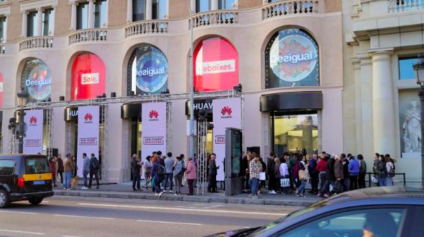 Новый магазин Huawei: дизайн от Apple и рядом с магазином Apple – фото 2