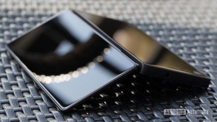 Фото и дата анонса складного смартфона Axon M – фото 1