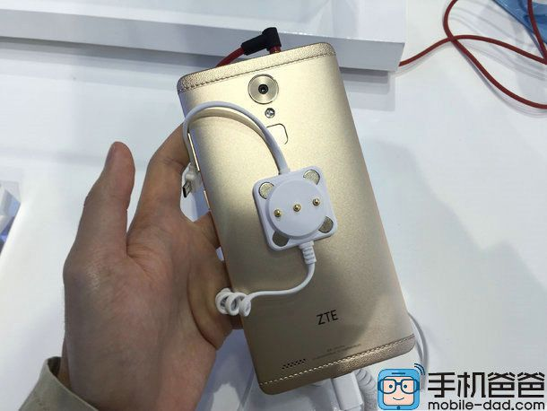 ZTE Axon Max: компания показала каким будет планшетофон – фото 2