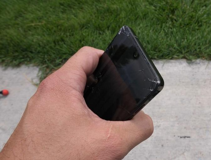 Дроп-тест безрамочного Essential Phone от JerryRigEverything – фото 4