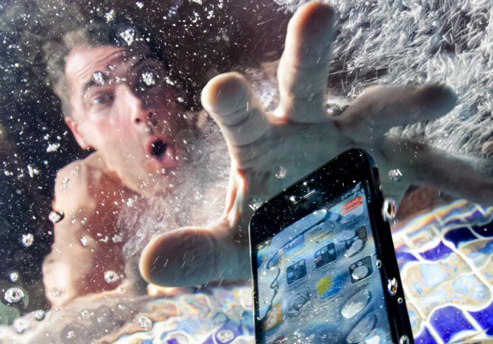 Какой смартфон стал первым водонепроницаемым – фото 1
