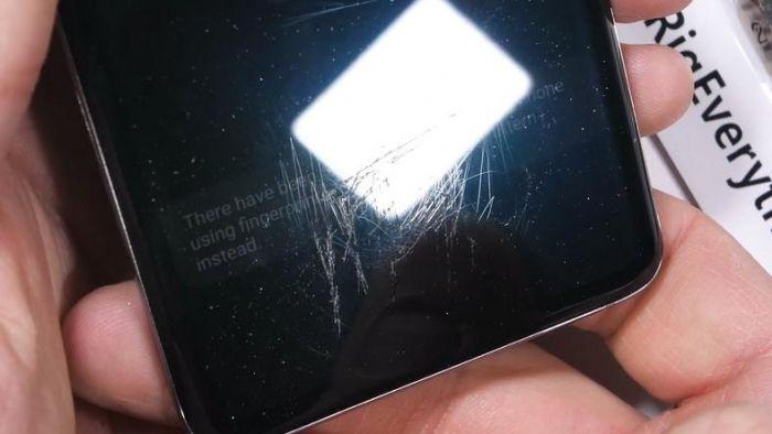 Царапали, жги и гнули руками. Как с этим справился Samsung Galaxy S10 – фото 1