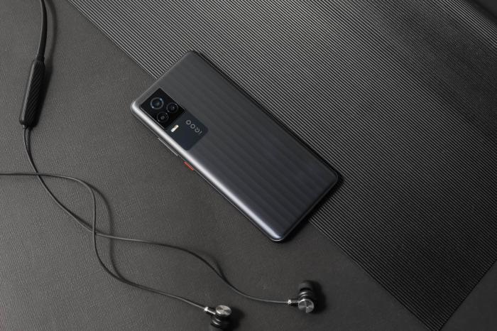 Представлен iQOO 7: мощный флагман с ультрабыстрой памятью и зарядкой – фото 3