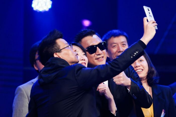 LeEco Le 2: «живой» смартфон замечен в руке сотрудника компании – фото 2