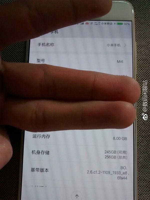 Фото фронтальной панели Xiaomi Mi6 указывает на присутствие сканера радужки глаза – фото 3