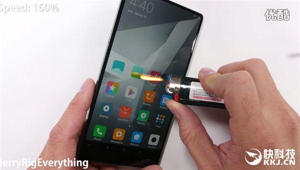 Xiaomi Mi MIX царапали ножом, пытались согнуть и сжечь – фото 7