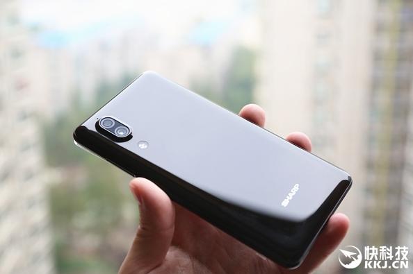 Безрамочный смартфон Sharp сертифицирован в Китае – фото 1