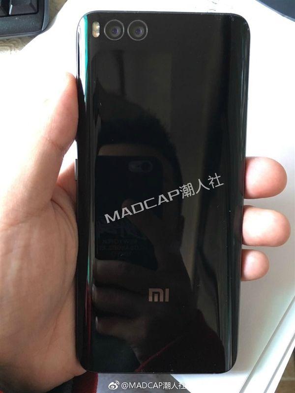Фото фронтальной панели Xiaomi Mi6 указывает на присутствие сканера радужки глаза – фото 1