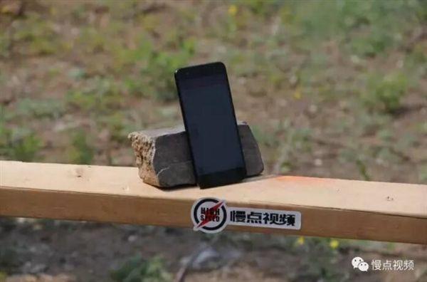 Xiaomi Mi6 прошел испытание стрелами – фото 1
