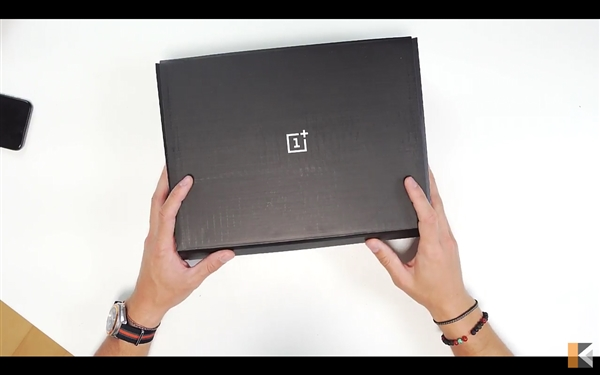 Распаковка OnePlus 5T на видео – фото 7