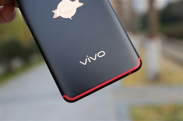 На фото показали смартфон Vivo с рекордным соотношением размеров корпуса и дисплея – фото 1