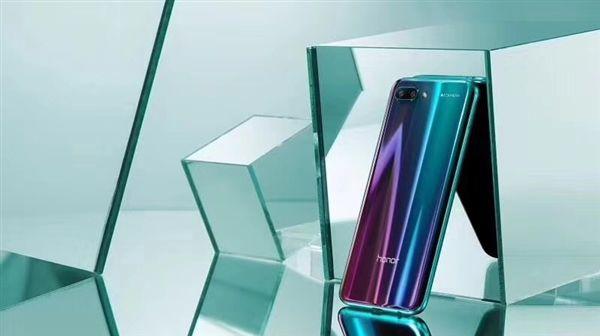 Анонс Honor 10: мощный смартфон в сияющих «доспехах» – фото 1
