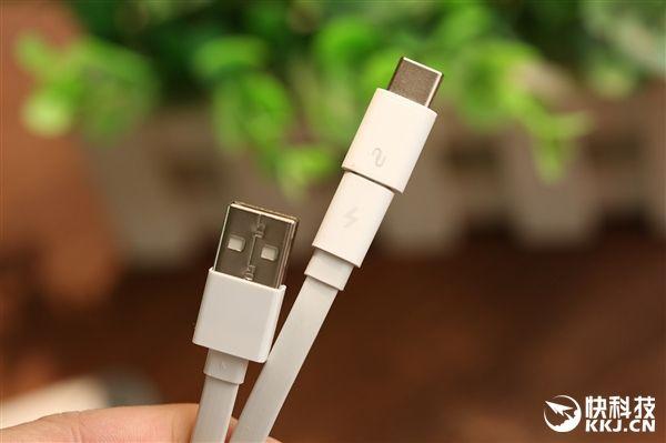 Подробности внешнего вида и характеристик улучшенной версии Xiaomi Mi Power Bank на 10 000 мАч с USB Type-C – фото 7