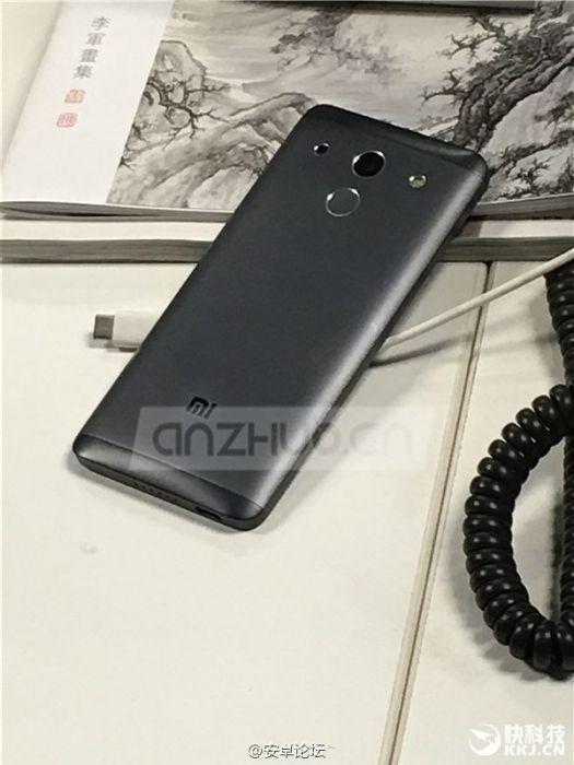 Xiaomi Mi5: изогнутый дисплей и тыльная панель на фото – фото 1