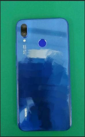 Синий Huawei P20 Lite позирует на фото – фото 1