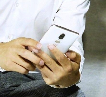Белый и черный OnePlus 6 на «живых» снимках – фото 2