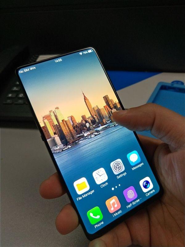 На фото показали смартфон Vivo с рекордным соотношением размеров корпуса и дисплея – фото 2