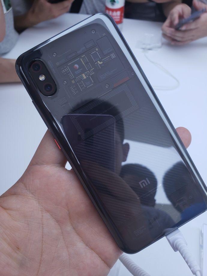 Нас что обманули? Xiaomi Mi8 Explorer Edition предлагает иллюзию прозрачной задней панели? – фото 1