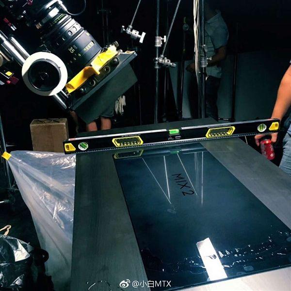 Xiaomi Mi MIX 2 стал героем рекламного ролика – фото 1