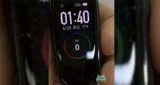 Xiaomi Mi Band 4 позирует на фото