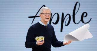 Илон Маск попытался затроллить Apple за салфетку для протирки