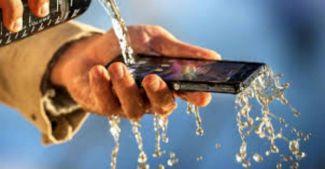 Какой смартфон стал первым водонепроницаемым